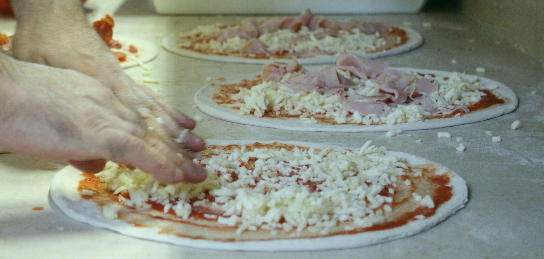 Pizza in preparazione | Ristorante Olimpo - Brescia