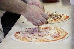 Preparazione della pizza alla Pizzeria Olimpo di Brescia